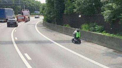 Scootmobiel rijdt over pechstrook E313