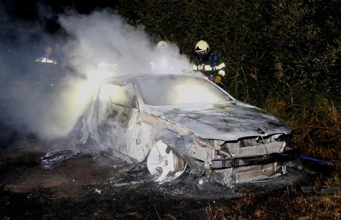 De in brand gestoken auto in Cromvoirt.