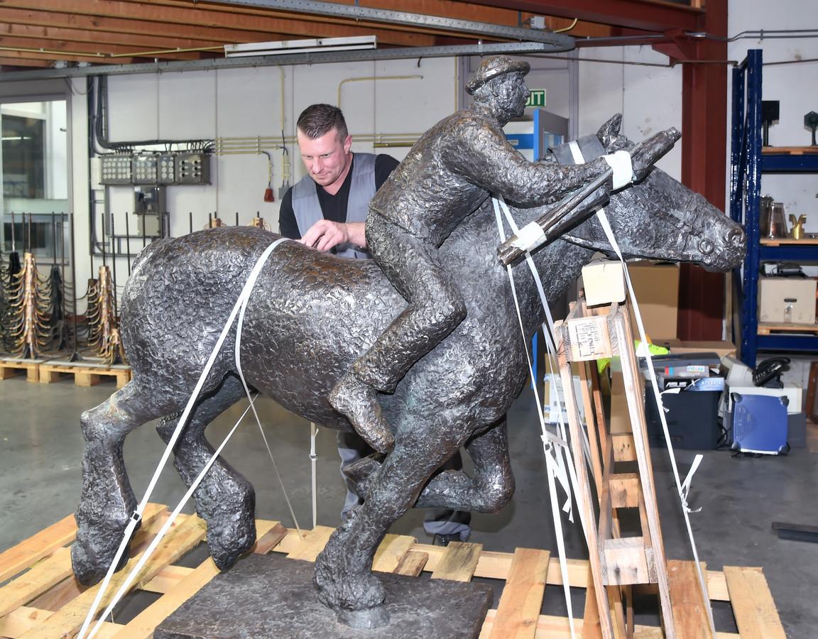 Het beeld van De Ringrijder werd al eens gerestaureerd nadat een vrachtwagen het beeld van zijn sokkel reed.