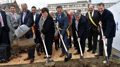 Ministers steken handje toe bij eerste spadesteek zorgsite Poelstraat
