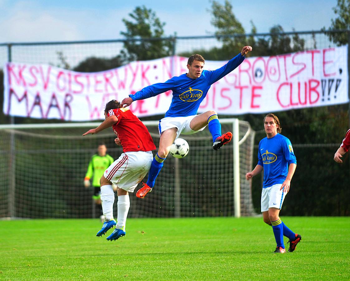 Derby uit het recente verleden op sportpark D'n Donk tussen Taxandria en RKSV Oisterwijk, volgens supporters 'niet de grootste maar wel de mooiste club' van Oisterwijk.