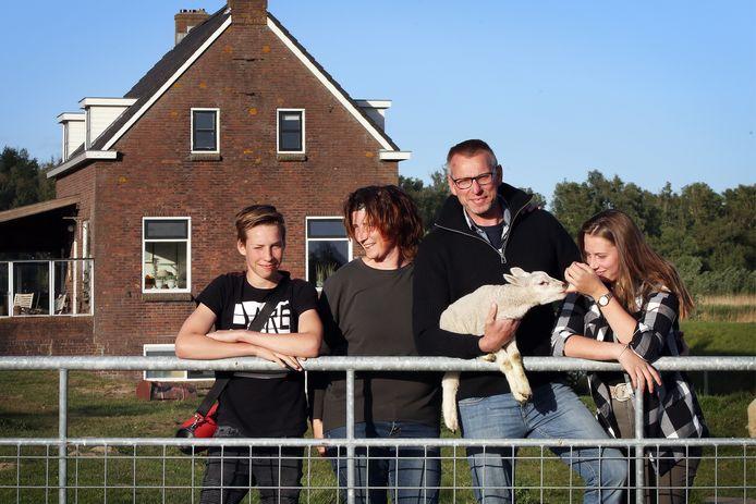 De familie Van Bergeijk bij hun woning in het midden van de Biesbosch (vlnr): zoon Adam (15), moeder Merie (48), vader Ad (51) en dochter Nova (18).
