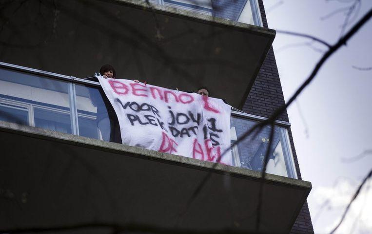 Demonstranten tonen een spandoek in de buurt van de vermoedelijke woning van de voor seksueel misbruik veroordeelde zwemleraar Benno L. Beeld anp