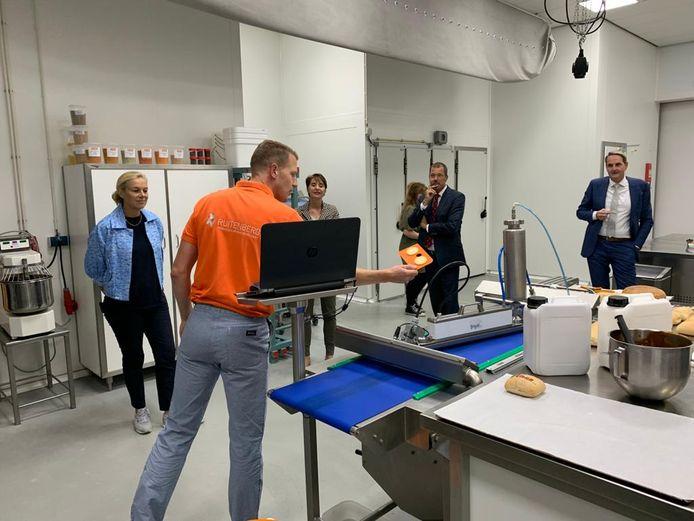 Minister Sigrid Kaag (links) bracht vandaag een werkbezoek aan Ruitenberg Ingredients in Twello. Zij kreeg er een rondleiding door de directeur van het familiebedrijf, Ward van der Kaaij.