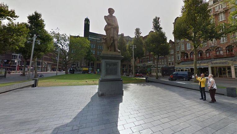 Op het Rembrandtplein wordt stilgestaan bij de vluchtelingen die het leven lieten onderweg naar Europa Beeld Google Streetview
