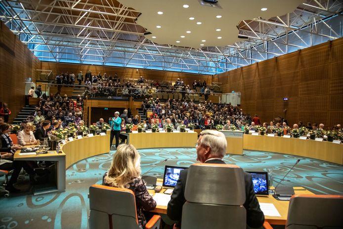 Commissaris van de Koning Andries Heidema kijkt tijdens het eerste debat van de Provinciale Staten na de verkiezingen de zaal rond, waar veel nieuwe gezichten te zien zijn.