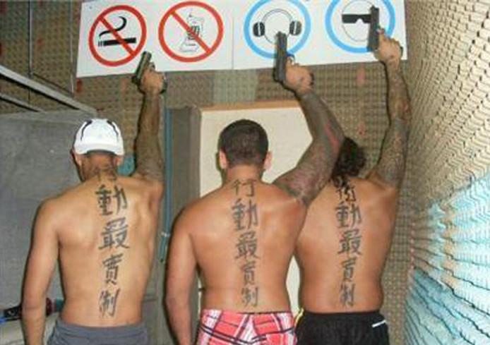 Drie van de Tattookillers, die hun bijnaam danken aan de grote Chinese tekens op hun rug.  Foto: Openbaar ministerie