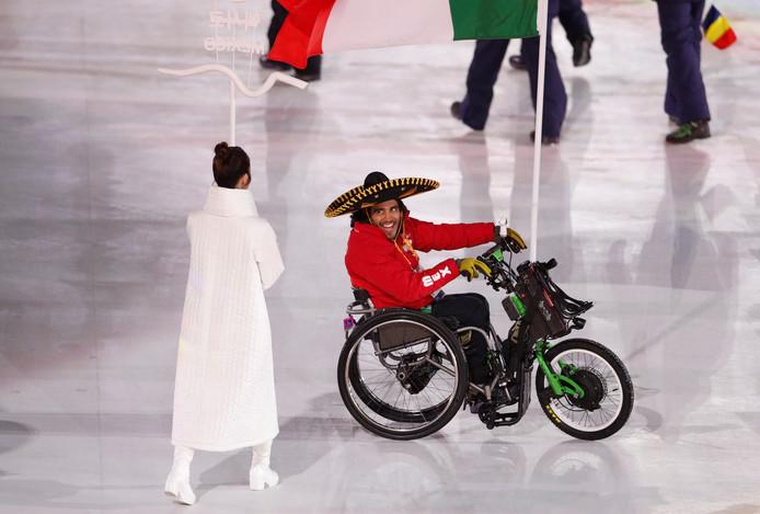 De Mexicaanse vlaggendrager Arly Aristides Velasquez Penaloza komt ogen tekort tijdens de openingsceremonie.