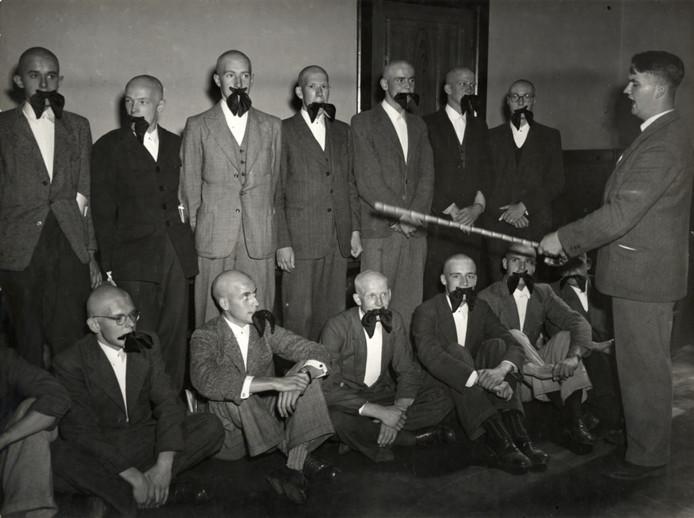 Het is niet precies bekend wanneer deze foto is gemaakt, maar deze eerstejaars van U.S.C. begonnen in ieder geval kaal aan hun studietijd.