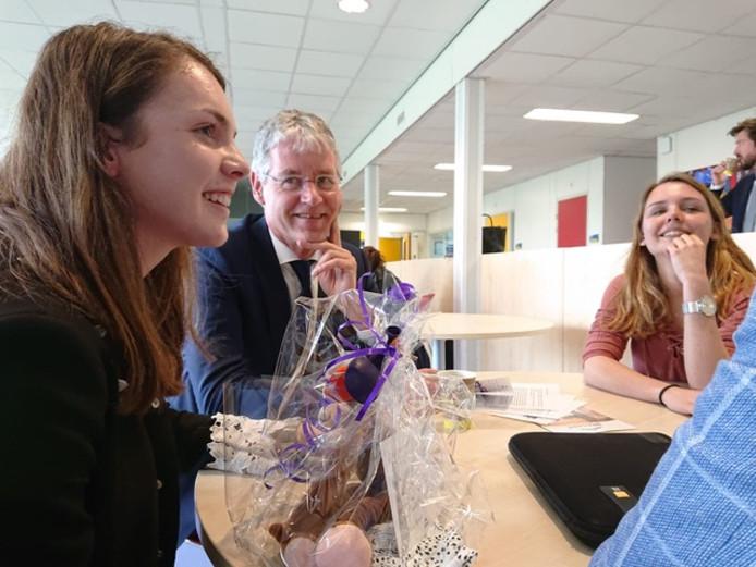 Maatschappelijke trainees Tessa Ramaker en Marleen Kremer vertellen onderwijsminister Arie Slob over hun ervaringen.