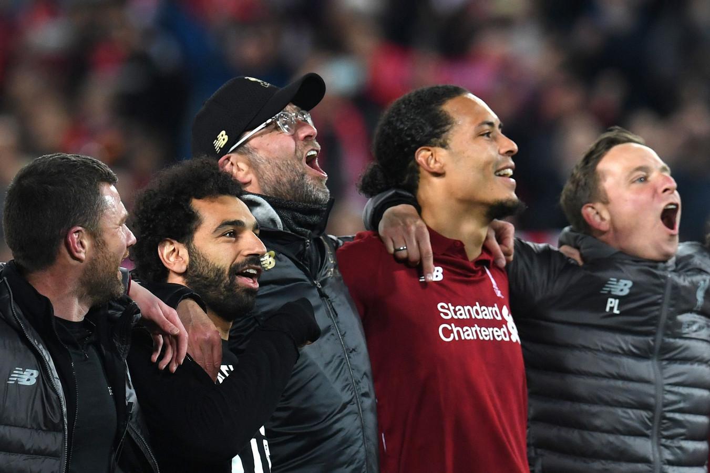 Liverpool-spelers en -staf zingen met het publiek na de 4-0 winst op Barcelona.