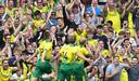 Teemu Pukki viert zijn eerste goal met medespelers en fans.