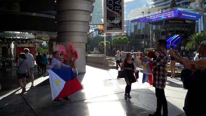 Fans met vlaggen.
