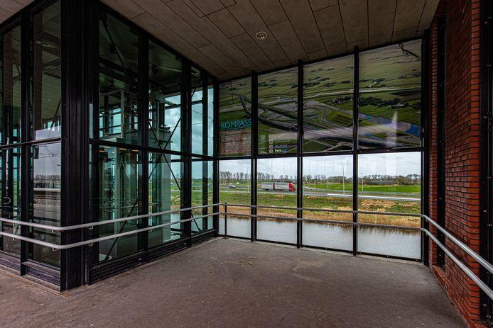 Het kunstwerk van Paul de Kort is nu nog alleen aan de glazen wand op station Kampen-Zuid te bewonderen.