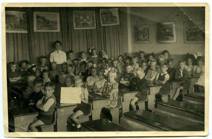 Een schoolklas in een noodlokaal aan de Schinkelweg, 1943-44.