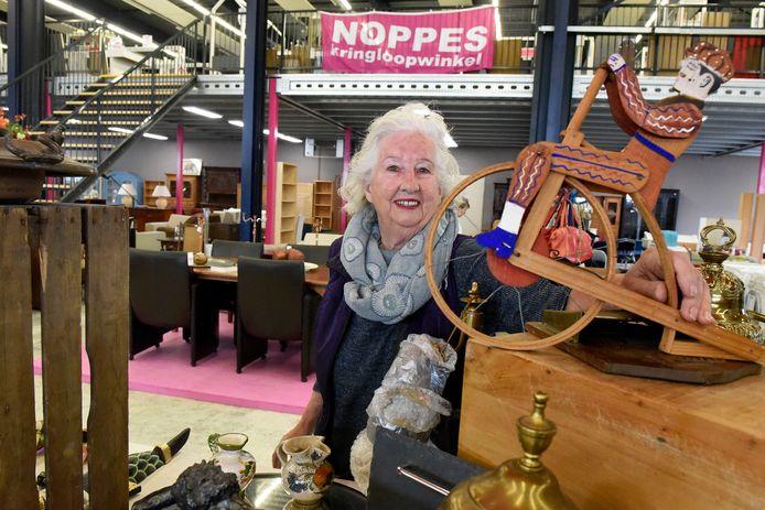 Noppes viert de opening van de nieuwe zaak aan De Bleek in Woerden. Een van de klanten snuffelt tussen de koopwaar.