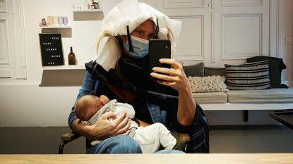 """Nathalie Meskens geeft borstvoeding tijdens bezoek aan kapper: """"Die eerste weken zijn pijnlijk, maar nu is het zalig"""""""