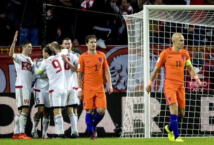 7 oktober 2017: Daryl Janmaat en Arjen Robben van het Nederlands elftal balen na de 1-1 van Wit-Rusland tijdens de WK kwalificatiewedstrijd tegen Wit-Rusland.