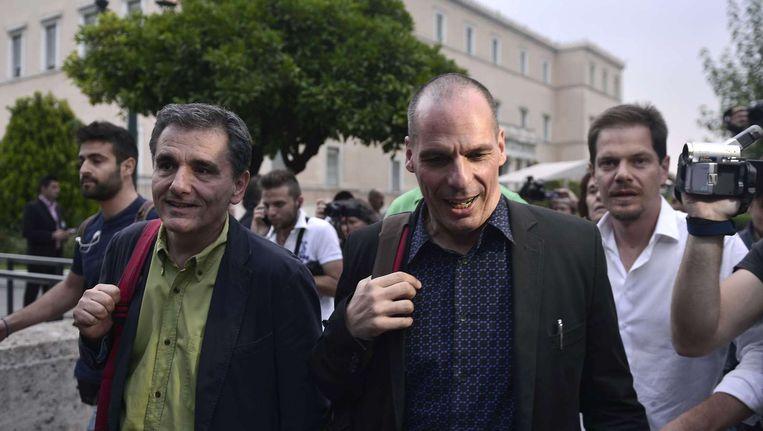 Tsakalotos, hier links, loopt samen met Yanis Varoufakis in Athene, vorige maand. Beeld afp
