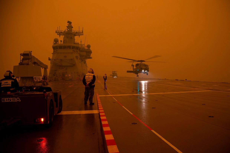 Helikopters van het Australische leger voeren hulpvluchten uit.