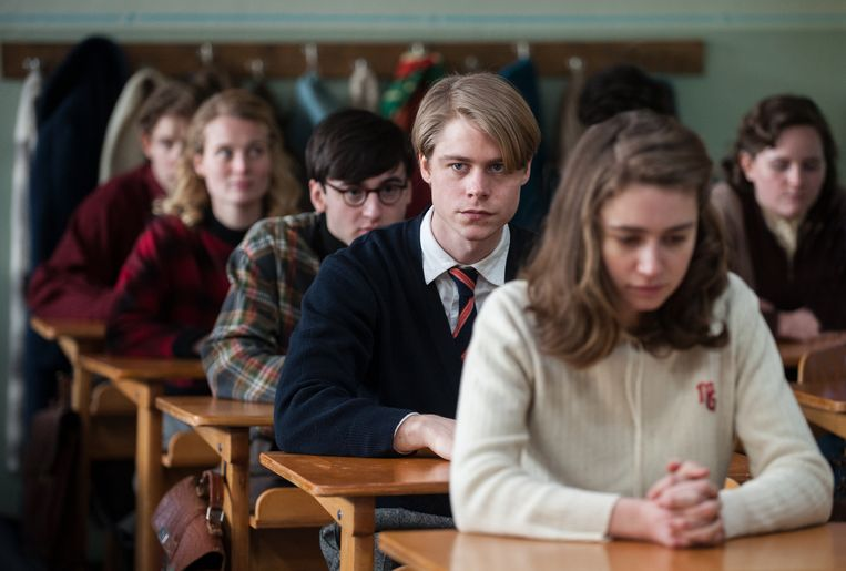 Kurt (Tom Gramenz) en zijn klasgenoten houden een minuut stilte in de film Das schweigende Klassenzimmer. Beeld null