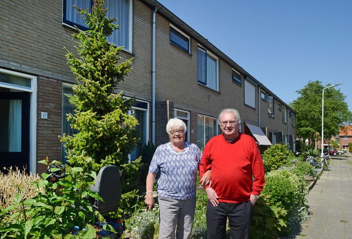 Sjoerd en Maria Holtrop-Capelle in hun tuin die Maria, zover als haar gezondheid dat toelaat, nog keurig onderhoudt.