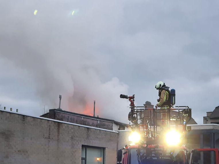 Het dak staat in vuur en vlam.
