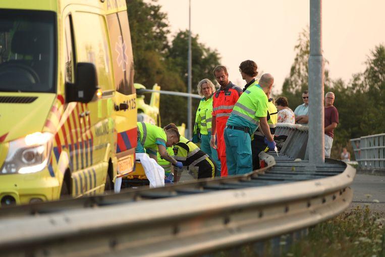 De motorrijder wordt behandeld door traumapersoneel.