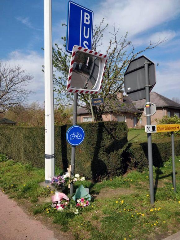 Bloemen voor de 37-jarige motard F.B. uit Kortenberg, die vorige week het leven liet na een ongeval op de Haachtsesteenweg in Kampenhout.