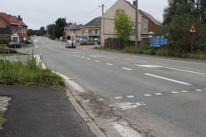 Ook wat verder op de Edingsesteenweg, langs de Langestraat is geen fietsoversteekplaats te vinden.