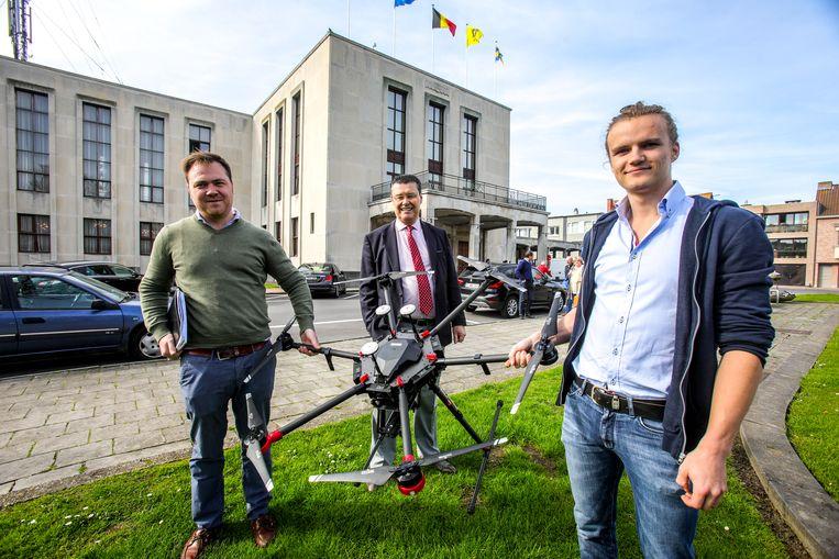 Vorig jaar vloog deze drone nog boven Blankenberge op zoek naar meeuwennesten. Toenmalig burgemeester Ivan De Clerck (midden, Open Vld) was er grote voorstander van.