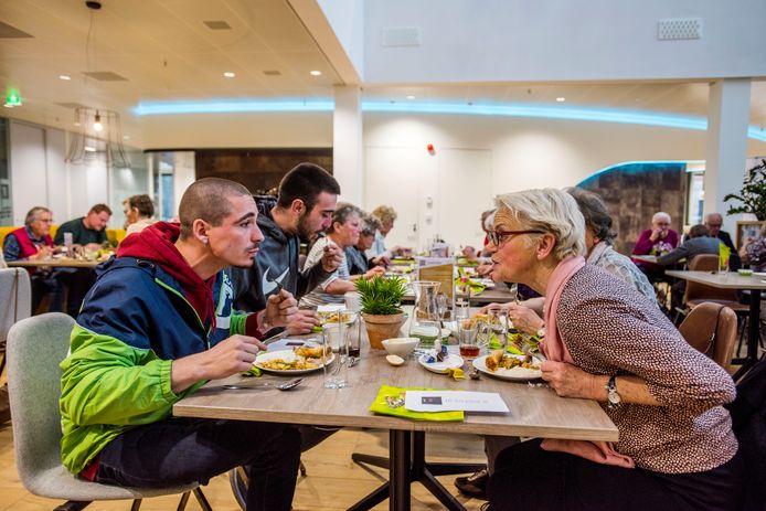 Ouderen en arbeidsmigranten samen aan het diner in Waalwijk.