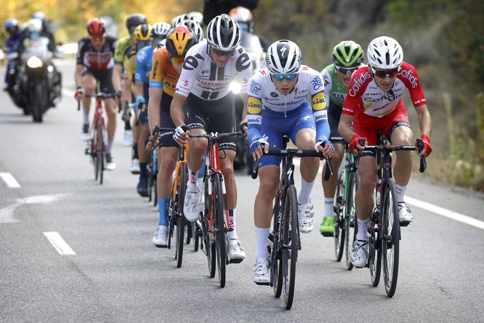 Andrea Bagioli neemt het voortouw in het peloton.