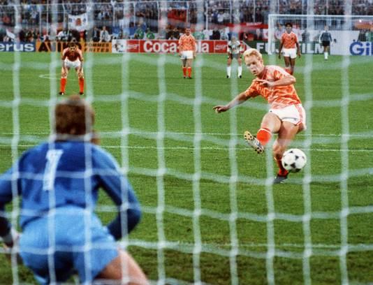 Bondscoach Ronald Koeman weet hoe het is om te scoren in en tegen Duitsland.