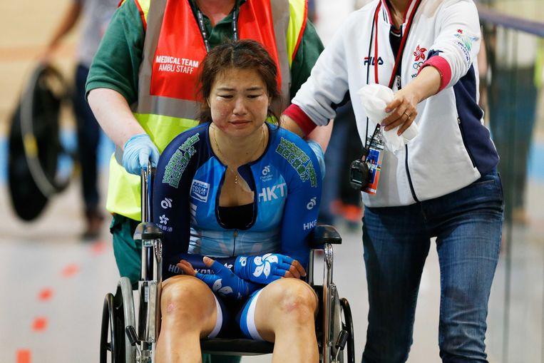 Xiaojuan Diao uit Hong Kong na haar crash met een baancommissaris op de Omnium vrouwen tijdens de wereldkampioenschappen baanwielrennen in Apeldoorn.