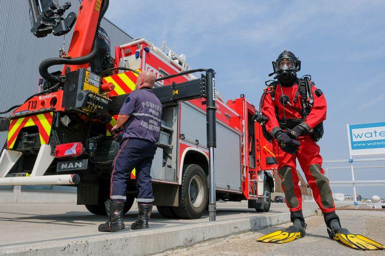 Oefening door de duikers van de brandweer: duiker en hijskraan staan klaar