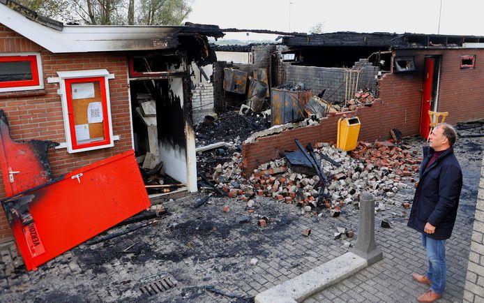 Voorzitter Lars Pijlman van voetbalclub BZC'14  op het door brand getroffen sportcomplex aan de Veerdam in Brakel.