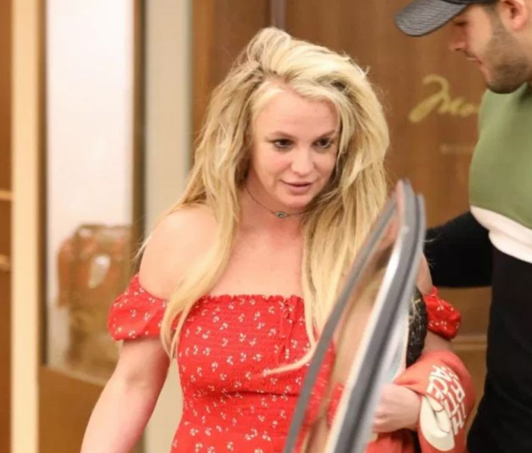 Britney duikt weer op na opname in kliniek.