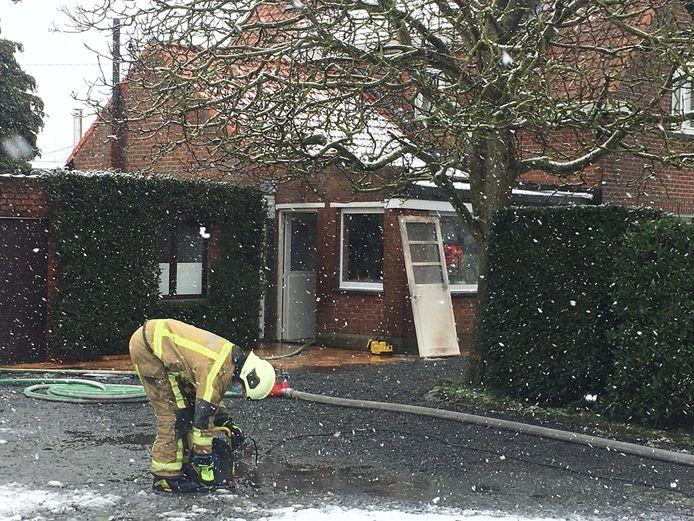 De brandweer kon de brand in de badkamer van de woning snel onder controle krijgen.