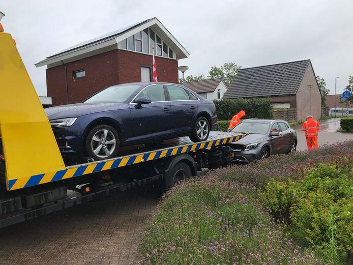 Bij een van de invallen in Zevenbergschen Hoek nam de politie onder meer twee personenwagens mee.