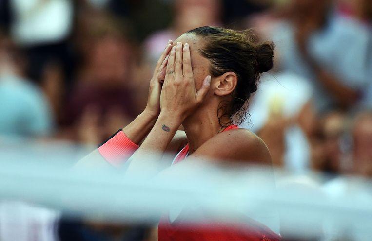 Roberta Vinci reageert geëmotioneerd na haar overwinning op Serena Williams. Beeld afp