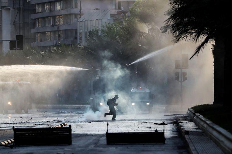 De oproerpolitie trad op met waterkanonnen en traangas. Beeld REUTERS