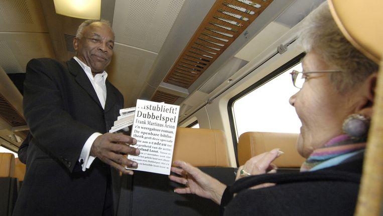 Frank Martinus Arion in 2006 tijdens Nederland Leest. Zijn boek Dubbelspel werd in een oplage van 720.000 exemplaren cadeau gedaan aan de leden van de bibliotheek. Beeld ANP