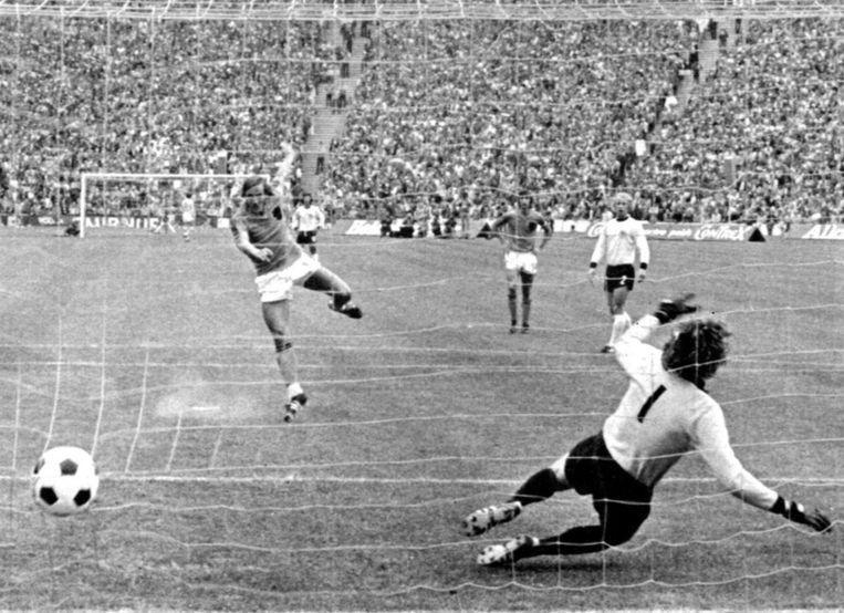 Johan Neeskens knalt tijdens de WK-finale van 1974 een strafschop achter Sepp Maier. Beeld afp