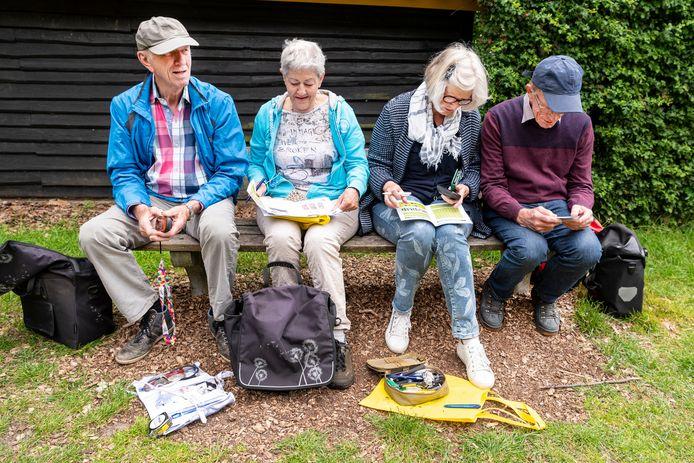 De teams Mien50 (links) en Loes60 lossen de puzzels op voordat ze in de Maashorst de echte mysterie-caches kunnen vinden.