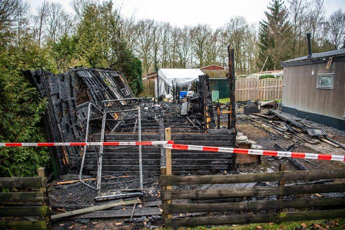 Bij een chaletbrand op camping De Vinkenkamp in Lieren is in de nacht van maandag op dinsdag een vrouw omgekomen. Haar twee honden overleefden de vuurzee wel.