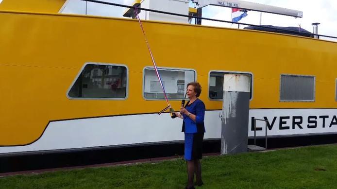Corry Eerland, de vrouw van projectleider Willem Eerland, neemt de doop van de 'Zilverstad' voor haar rekening.