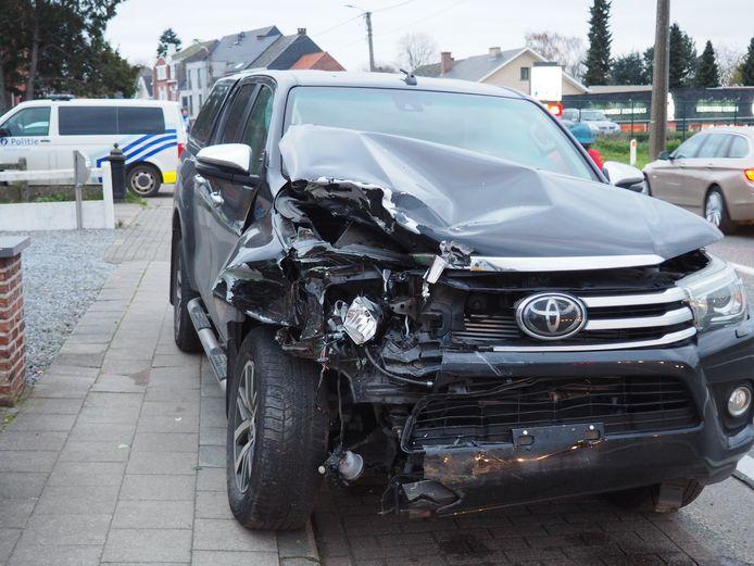 Een Toyota 4x4 botste in de Hoogstraat in Lede bijna frontaal met een tegemoetkomende bestelwagen van het merk Renault.