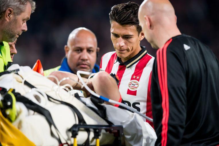 Moreno steekt Shaw nog even een hart onder de riem die per brancard wordt afgevoerd naar het ziekenhuis. Beeld anp