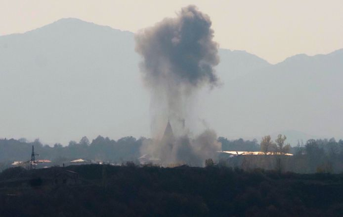 Rook door beschietingen nabij Stepanakart, Nagorno-Karabach.